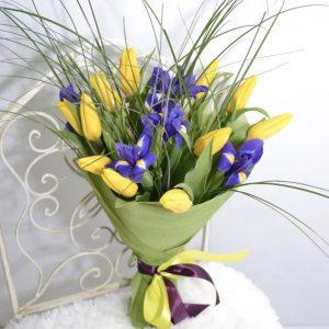 Букет из тюльпанов, ирисов, рускусов