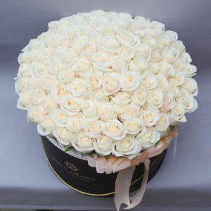 101 белая роза в коробке — Композиции