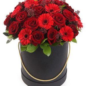 Букет из гербер, роз и рускуса