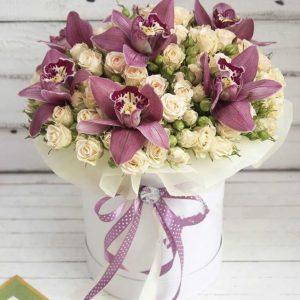 Коробка с кустовыми розами и орхидеями