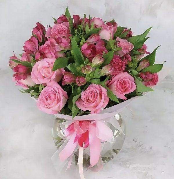 Розовый букет из альстромерий и роз