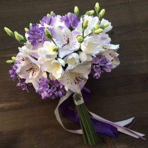 Букет невесты из альстромерий и фрезий