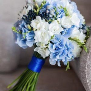 Букет невесты из гортензии и фрезий