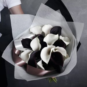 25 черных и белых калл — Арт-букеты
