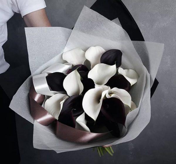 Букет из 25 черных и белых калл