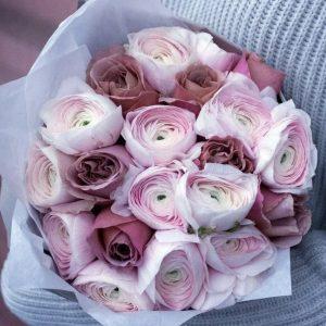 Букет из ранункулюсов и роз