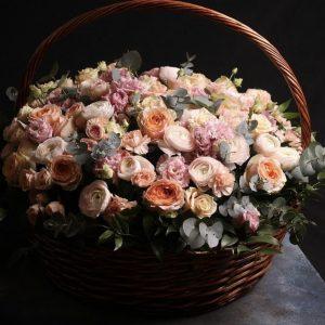 Композиция из ранункулюсов, роз