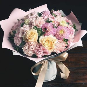 Букет из эустом, роз и астр