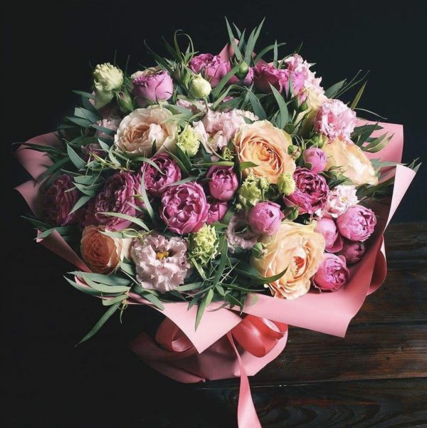 Букет пионовидных роз и эустом