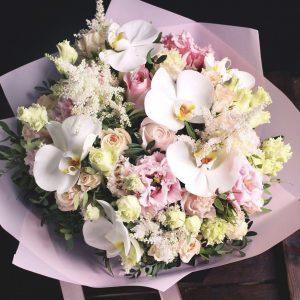 Букет из эустом, роз и орхидей