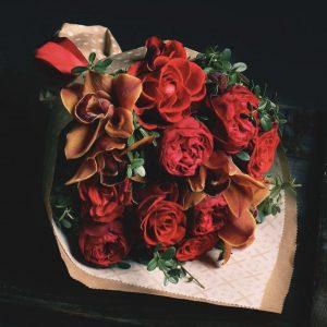 Букет из орхидей и пионовидных роз
