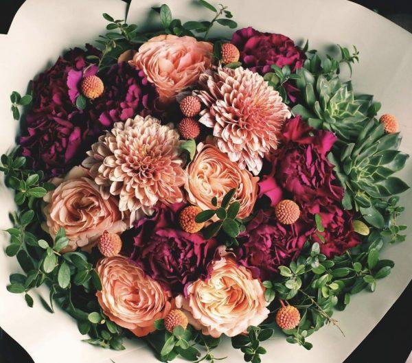 Арт-букет из астр, роз и гвоздики