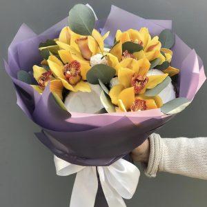 Букет из орхидей и кокосов