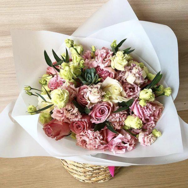 Букет из эустом и роз