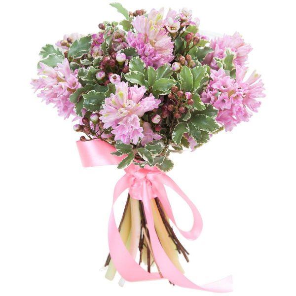 Букет из гиацинтов и роз с ежевикой