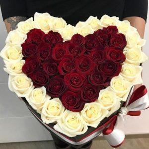 Сердце с белыми розами в шляпной коробке