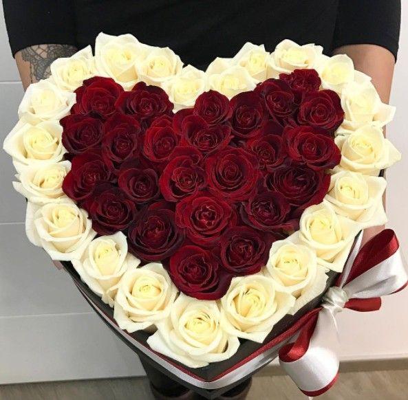 Сердце с белыми розами в коробке
