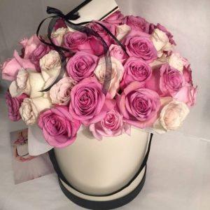 Букет из белых и розовых роз в коробке