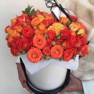 Букет из оранжевых кустовых роз в коробке