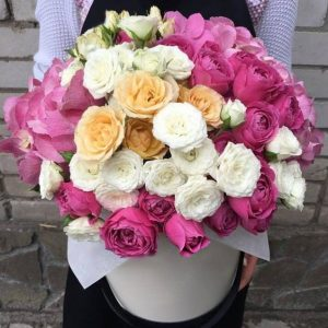 Букет в коробке из роз и гортензий