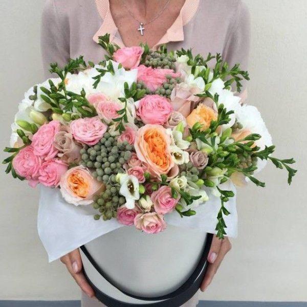Коробка из роз, гортензий и фрезий