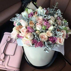 Букет в коробке из роз и эвкалипта