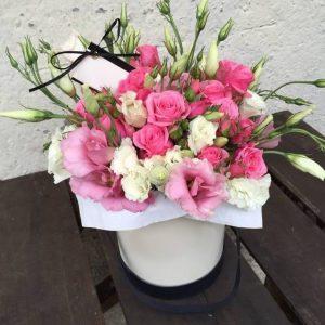 Коробка с фрезиями и кустовыми розами