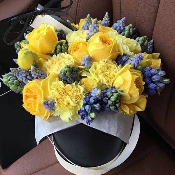 Коробка с гиацинтами и розами
