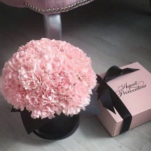 Коробка с розовыми гвоздиками