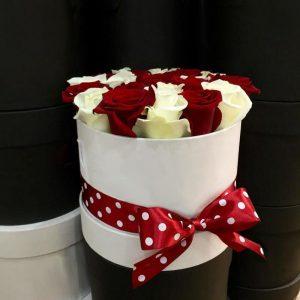 Красно-белые розы в коробке