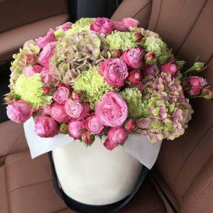 Розы и гортензии в шляпной коробке