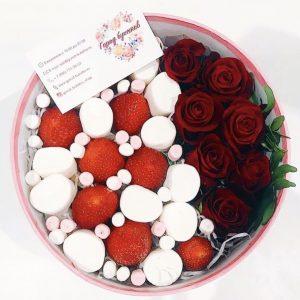 Шляпная коробка с ягодами и розами — Съедобные букеты