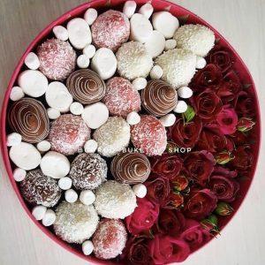 Коробка с розами и клубникой в шоколаде