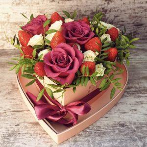 Ягодно-цветочная композиция в сердечке