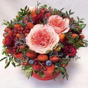 Ягодный букет с пионовидными розами
