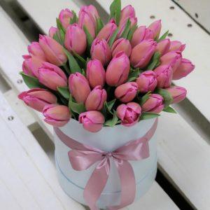 Коробка с нежно-розовыми тюльпанами