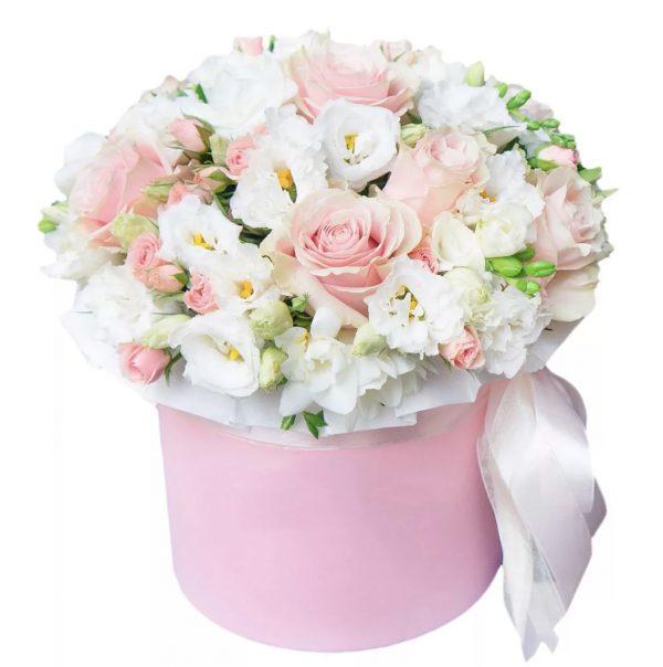Коробка с розами и эустомой