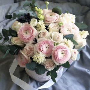 Коробка с ранункулюсами и розами