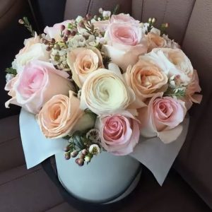 Флобокс с ранункулюсами и розами