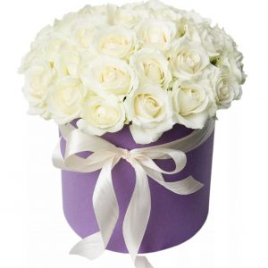 35 белых роз в шляпной коробке