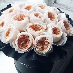 Букет из пионовидных роз в коробке