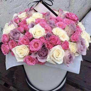 Букет во флобоксе из трех сортов роз