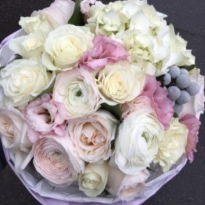 Букет из роз, ранункулюсов и гортензий