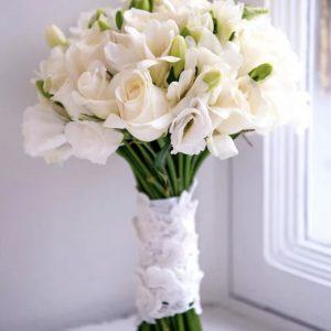 Букет из фрезий, роз и эустомы