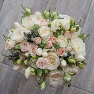 Букет невесты из кустовых роз и эустом