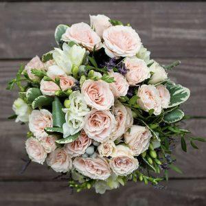 Свадебный букет из роз и эустом