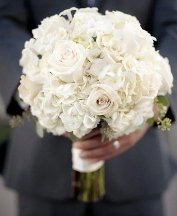 Свадебный букет из роз и гортензий