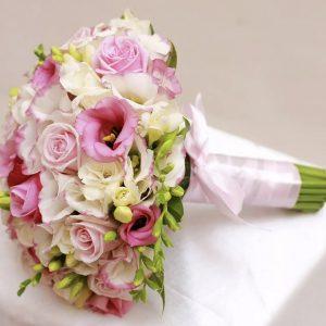 Букет из роз, фрезий и эустомы