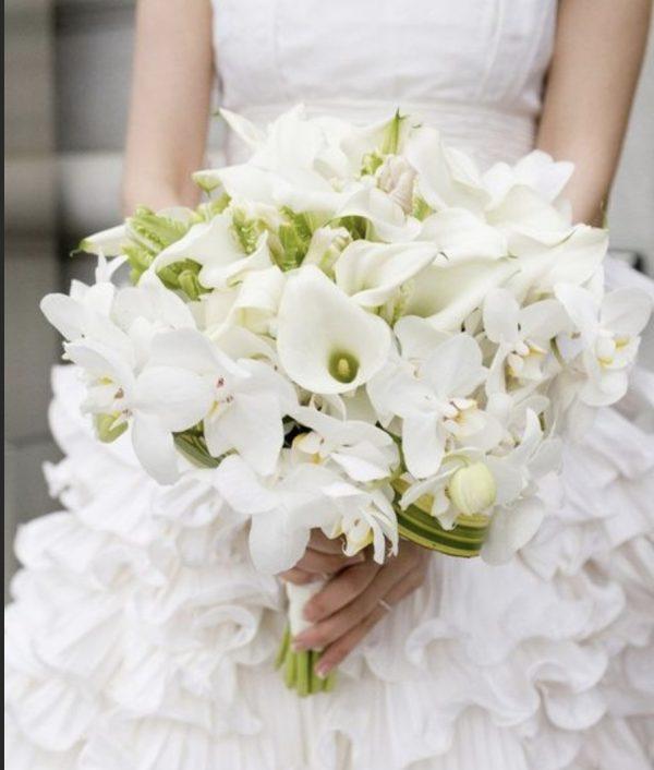 Букет невесты из белых калл и орхидей
