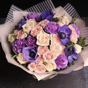 Букет из анемон и роз